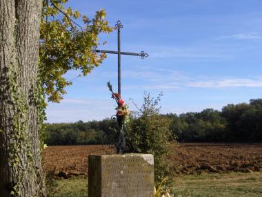 Un bouquet sous la croix